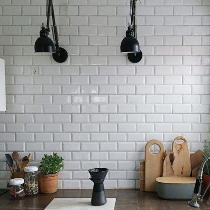 2 kinkiety na ramieniu na ścianie z cegły - kuchnia
