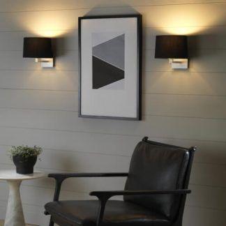 2 kinkiety srebrne z czarnymi abażurami w salonie obok obrazu
