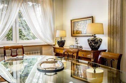 2 lampy stołowe w salonie klasycznym - duże abażury