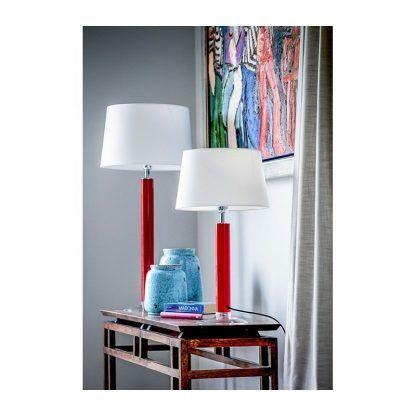 2 lampy stołowe z czerwonymi podstawami i białymi abażurami - salon