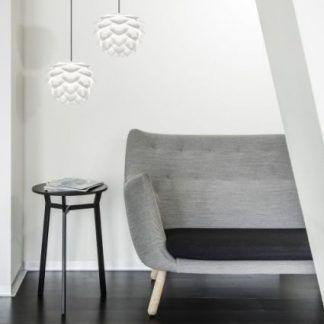 2 lampy wiszace białe nad stolikiem obok szarej kanapy