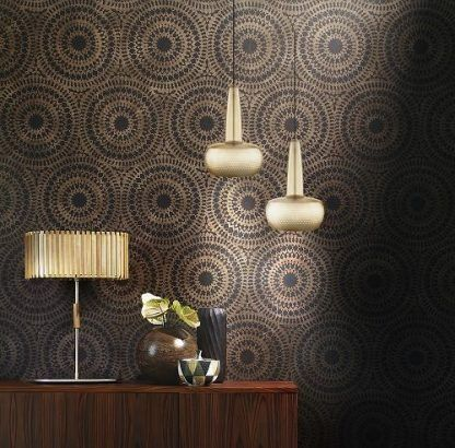 2 lampy wiszące na ścianę z tapetą i drewnianą szafkę