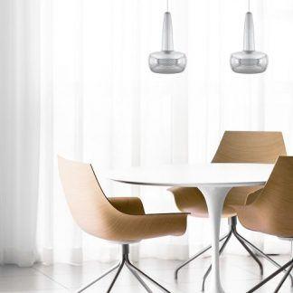 2 lampy wiszące nad białym stołem z krzesłami w salonie
