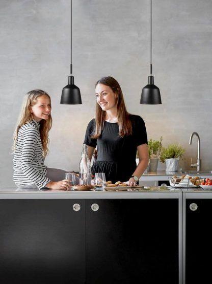 2 lampy wiszące nowoczesne w czarnym kolorze do kuchni nad blat