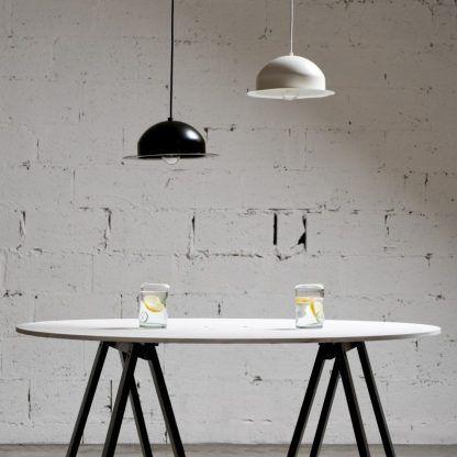 2 lampy wiszące obok siebie nad stołem - czarna i biała
