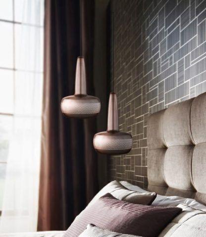 2 miedziane lampy wiszące w sypialni nad łóżkiem