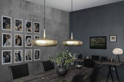 2 mosiężne lampy nad ciemny stół do salonu z jadalnią