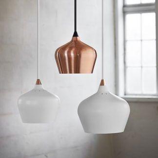 3 lampy obok siebie - białe i miedziane wiszace w salonie