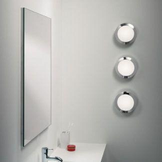3 lampy ścienne do łazienki obok lustra