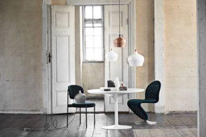 3 lampy wiszące nad stół w salonie - biała i miedziana