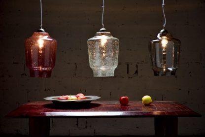 3 lampy wiszace szklane kolorowe nad mahoniowym stołem