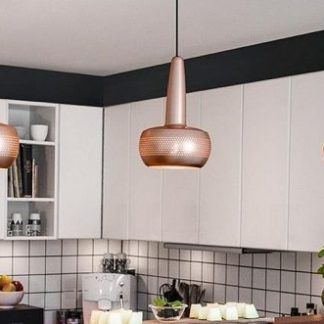 3 miedziane lampy wiszące nad blat nad wyspą w kuchni