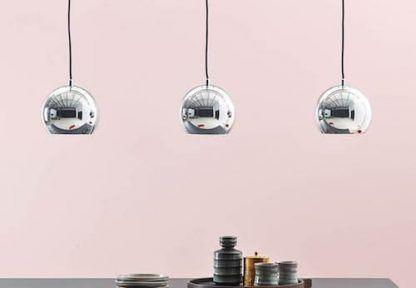 3 srebrne lampy wiszące koło siebie nad stołem - aranżacje