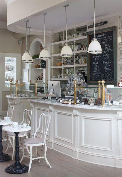4 białe lampy wiszące obok siebie - restauracja