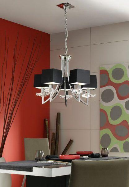 srebrny żyrandol z czarnymi abażurami nad stół w salonie