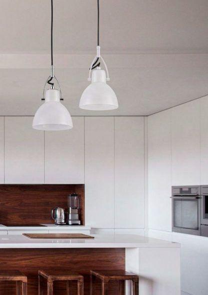 aranżacja 2 lampy wiszace w kuchni nad wyspą białą