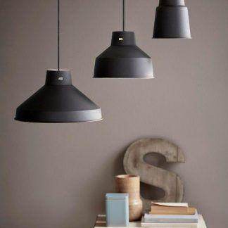 aranżacja 3 lamp wiszacych w salonie - różne klosze