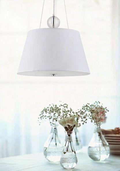 aranżacja białej lampy wiszącej nad kwiatami na stole