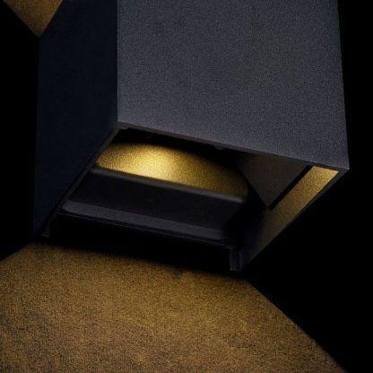 aranżacja czarno złotego kinkietu