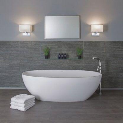 aranżacja kinkietów łazienkowych obok wanny i lustra