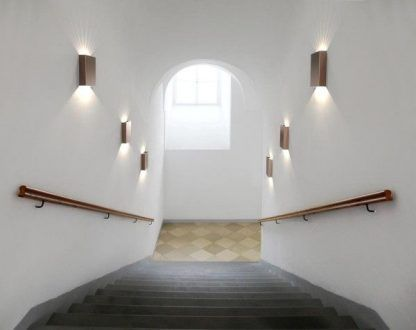 aranżacja kinkietów na klatce schodowej - brązowe