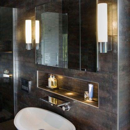 aranżacja kinkietów przy lustrze w ciemnej łazience