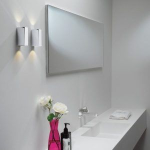 aranżacja kinkietów w łazience przy lustrze - nowoczesny styl