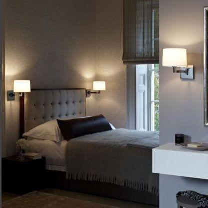 aranżacja kinkietów w sypialni obok łóżka i lustra