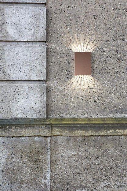 aranżacja kinkietu na starej ścianie budynku