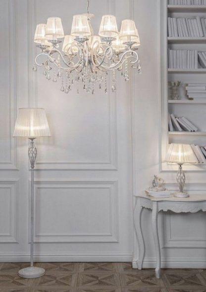 aranżacja kompletu oświetlenia w salonie - żyrandol i lampy stojące