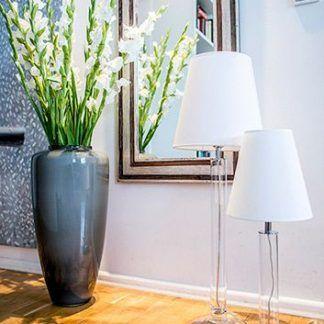 aranżacja lamp stojących na podłodze drewnianej w salonie