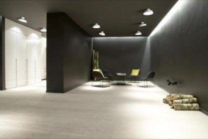 aranżacja lamp sufitowych w dużym minimalistycznym salonie