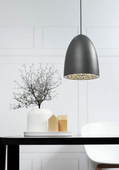 aranżacja lamp wiszących nad stołem w salonie