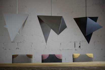 aranżacja lamp wiszacych nad stołem z blach kolorowych