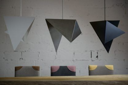 aranżacja lamp wiszących nad stołem z blachy - czarna