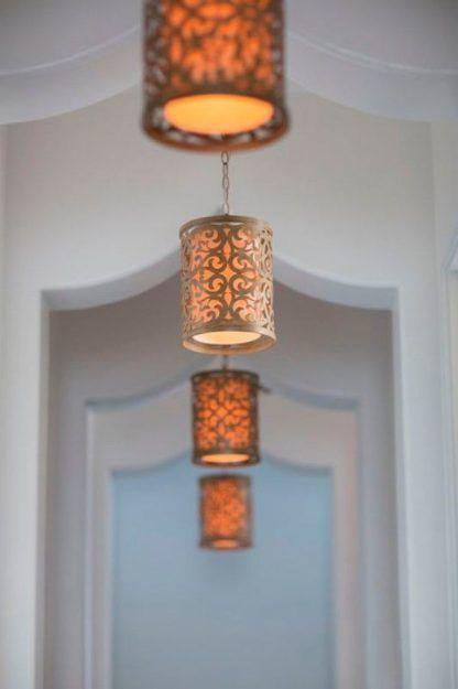aranżacja lamp wiszacych stalowych w korytarzy