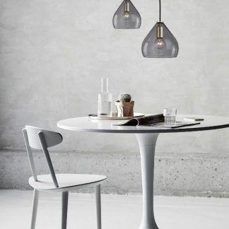 aranzacja lamp wiszacych szarych ze szkła nad stołem w salonie