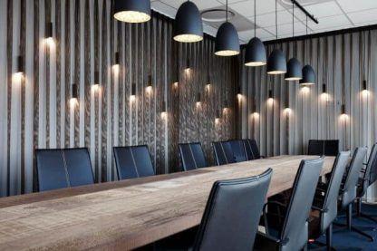 aranżacja lamp wiszących w biurze do długiego stołu