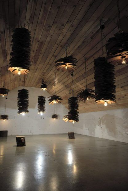 aranżacja lamp wiszących z gontowych deseczek