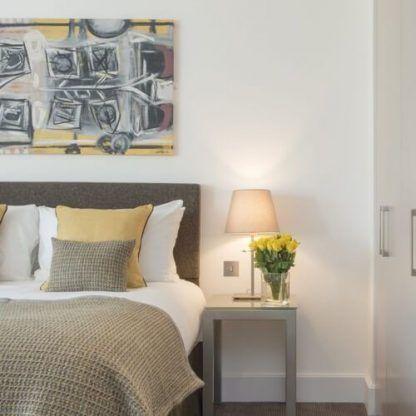 aranżacja lampki nocnej w sypialni obok łóżka