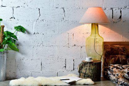 aranżacja lampy stołowej nocnej w sypialni - szklana