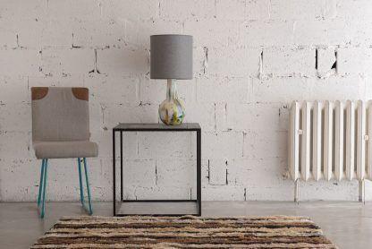 aranżacja lampy stołowej w salonie na tle ściany - biała