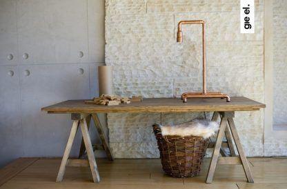 aranżacja lampy stołowej z miedzi w salonie na stole