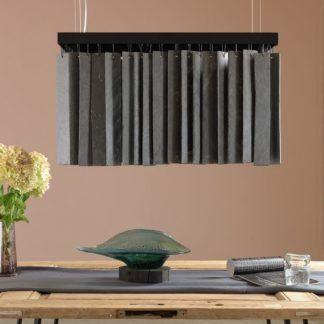 aranżacja lampy szarej kamiennej nad drewnianym stołem