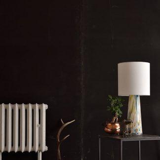 aranżacja lampy szklanej w salonie z ciemną ścianą