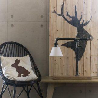 aranżacja lampy z rurek w salonie obok stołu
