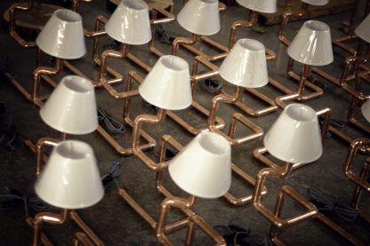 aranżacja oświetlenia podłogowego z miedzianych rur