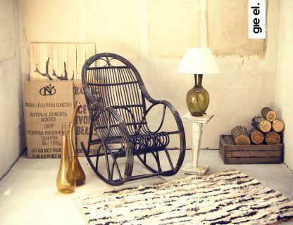aranżacja pokoju z lampą stołową szklaną - inspiracje