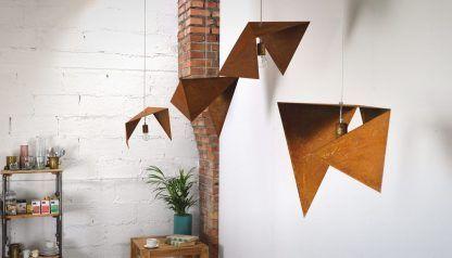 aranżacja rudych lamp wiszących - zardzewiałe lampy