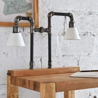 aranżacja stolika z lampą stojącą z rur stalowych